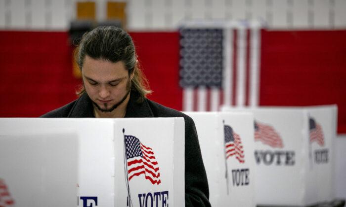 Избиратель заполняет свой бюллетень в Лансинге, штат Мичиган. 3 ноября 2020 года