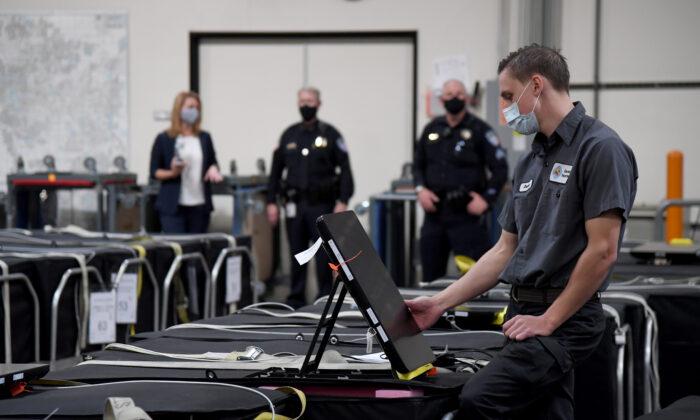 Работник избирательной комиссии округа Кларк проверяет оборудование для голосования в Северном Лас-Вегасе, штат Невада, 6 ноября 2020 года