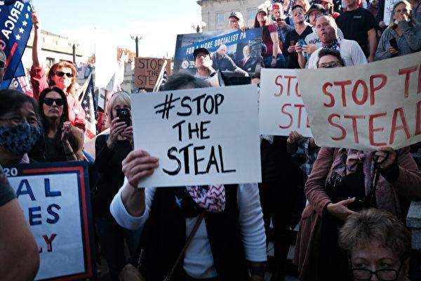 Сотни сторонников Дональда Трампа собрались в столице штата Пенсильвания, чтобы выразить своё негодование по поводу результатов выборов в Харрисбурге, штат Пенсильвания, 7 ноября 2020 года