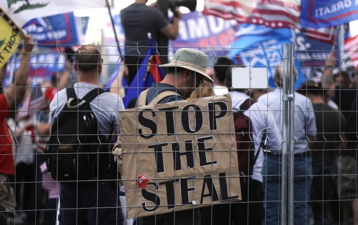 Сторонники президента Дональда Трампа на митинге «Остановить воровство»