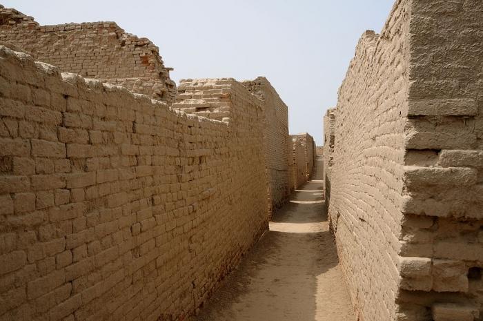 Кирпичные строения в Моженджо-Даро