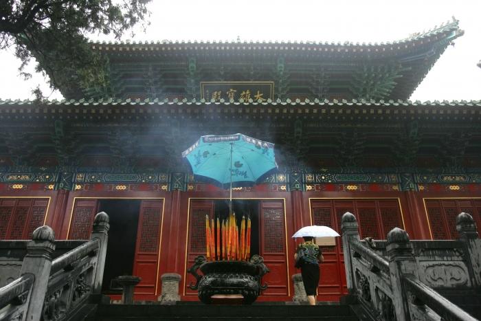урист идёт к святыне в храме Шаолинь на горе Суншань