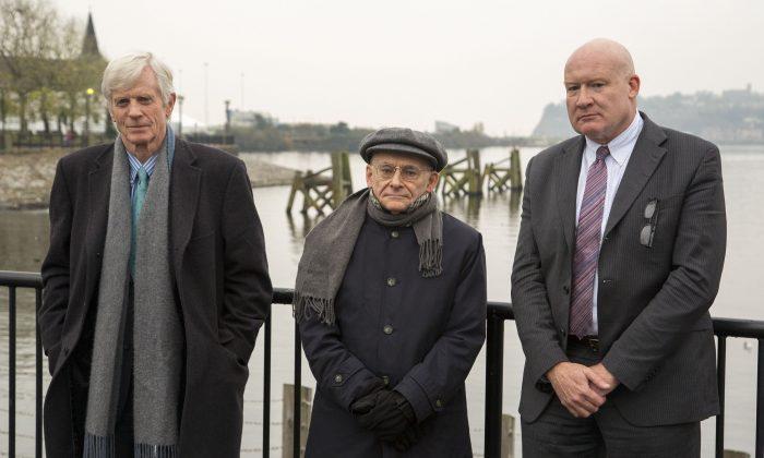 (Слева направо) Дэвид Килгур, Дэвид Мэйтас и Итан Гутман, соавторы нового отчета «Кровавый урожай/бойня: дополнение»