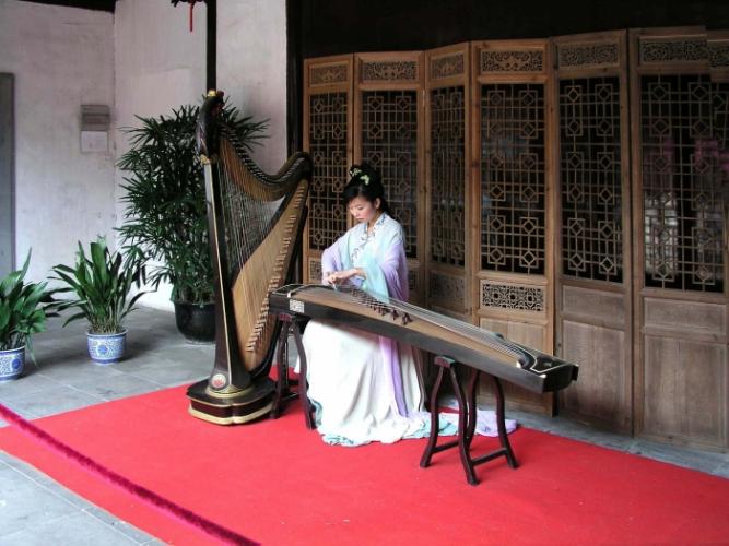 Девушка играет на гучжэне, традиционном китайском инструменте