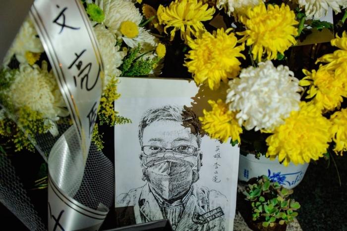 Дань памяти покойного доктора Ли Вэньляна в отделении центральной больницы Уханя, Китай, 7 февраля 2020 года