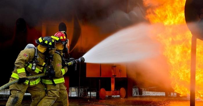 Хозяин вернулся в дом после крупного лесного пожара и нашёл записку пожарных. С извинениями