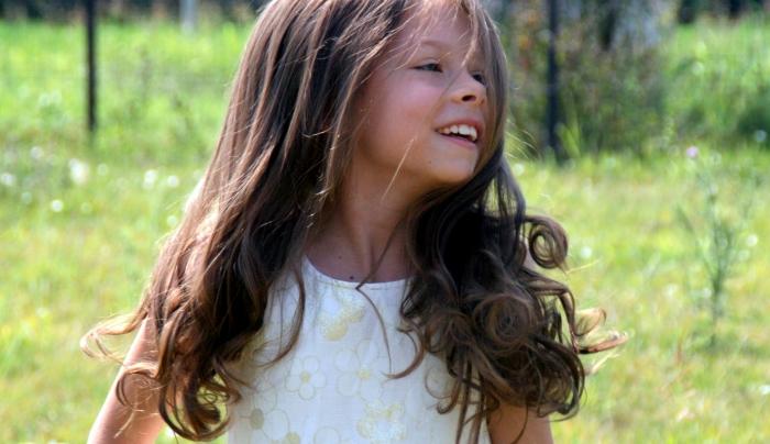 Девочка мечтала походить на принцессу и годами отращивала волосы. Но обрезала их, чтобы сделать принцессой другую девочку