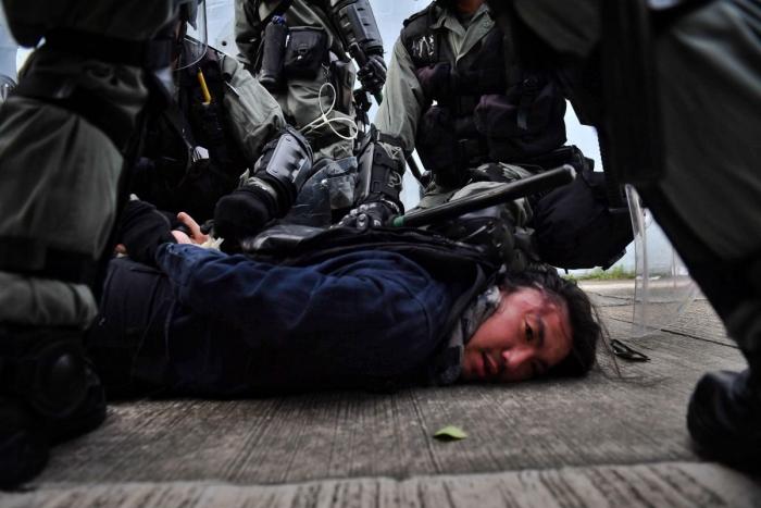 Спецназ задерживает протестующего в заливе Коулун в Гонконге