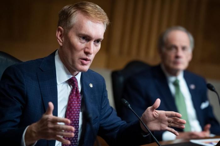 Сенатор от штата Оклахома Джеймс Ланкфорд выступает на Капитолийском холме
