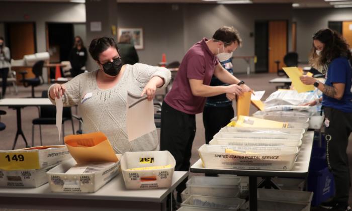 Работники избирательных комиссий подсчитывают бюллетени для заочного голосования в Милуоки, штат Висконсин, 4 ноября 2020 года