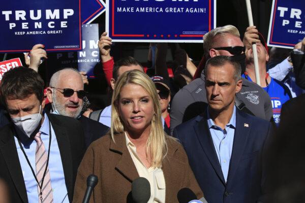Бывший генеральный прокурор Флориды Пэм Бонди и советник кампании Трампа Кори Левандовски (справа) выступают за пределами конференц-центра Пенсильвании, Филадельфия 5 ноября 2020 года