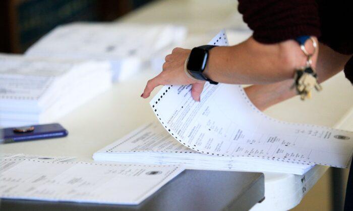 Работники избирательной комисии начали обрабатывать бюллетени в здании суда округа Нортгемптон в Истоне, штат Пенсильвания, 3 ноября 2020 года