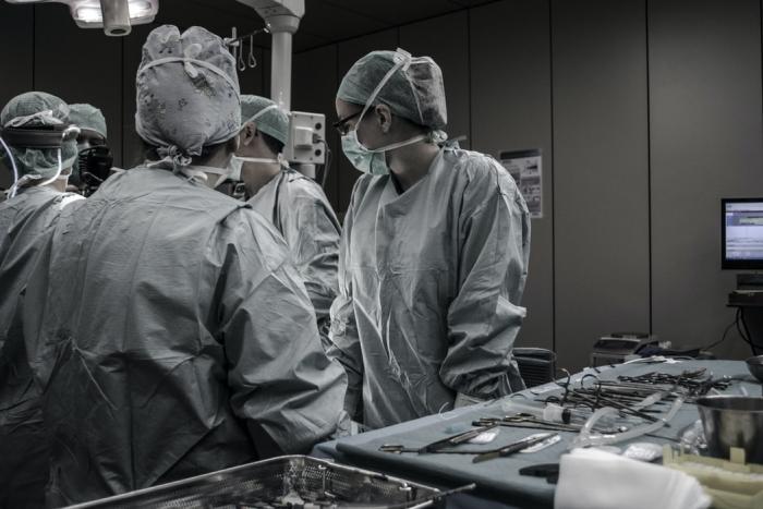 врачи в операционной