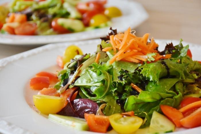 Рецепты тёплых салатов, которые согреют холодной зимой