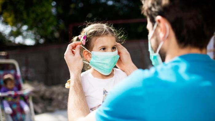 Новый штамм коронавируса может быть опасен для детей не менее, чем для взрослых, предупреждают учёные