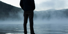 После околосмертного опыта мужчина передаёт людям сообщения от умерших родных. Но за всё нужно платить