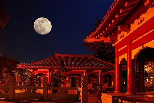 Китайские древние постройки при свете луны
