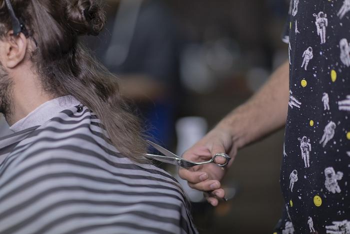 Крутая стрижка очень изменила жизнь бродяги. Хозяин парикмахерской не ожидал такого результата