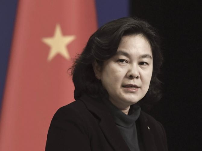 Официальный представитель МИД Хуа Чуньин выступает на пресс-конференции в Пекине 30 марта