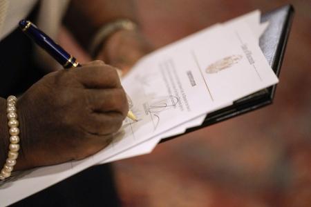 Член Коллегии выборщиков Висконсина отдаёт свой голос на президентских выборах в Капитолии, Мэдисон, штат Висконсин