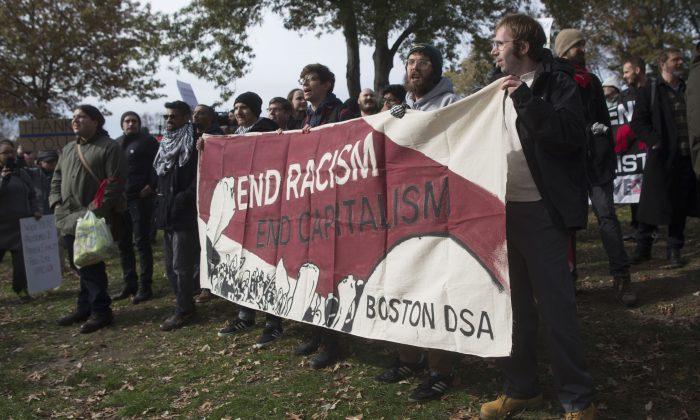 Участники контрпротеста пришли на мероприятие, организованное консервативными группами «Сопротивление марксизму» и «Бостонская свобода слова», скандируют и держат вывески со словами «Конец расизму, конец капитализму», Бостон, 18 ноября 2017 года