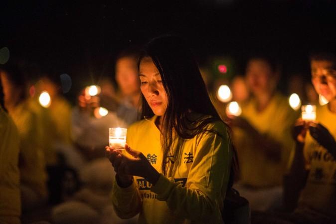 Практикующие Фалуньгун проводят бдение при свечах у Мемориала Линкольна, чтобы почтить память людей, погибших после того, как китайский режим начал преследование 18 лет назад, Вашингтон, 20 июля 2017 года