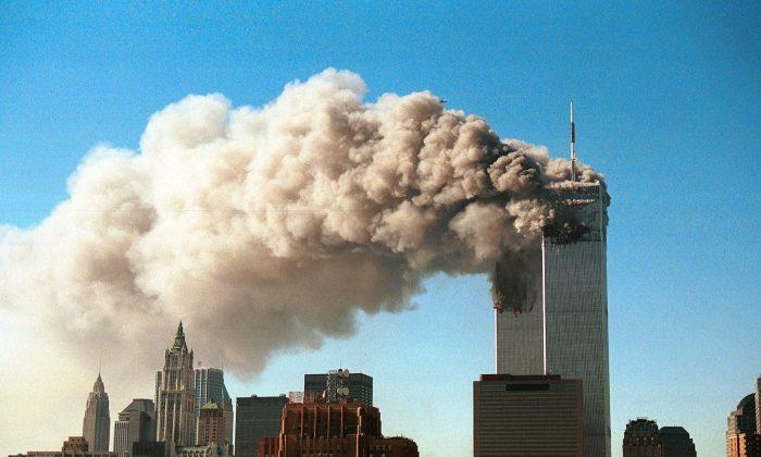 Башни-близнецы Всемирного торгового центра в дыму после того, как в них врезались два захваченных самолета во время террористической атаки в Нью-Йорке 11 сентября 2001 года
