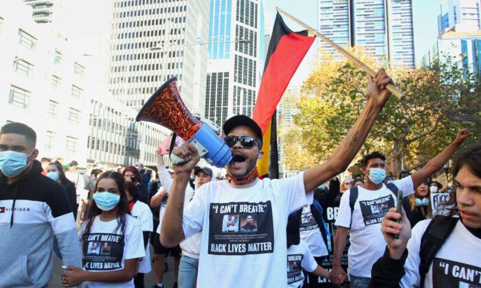 Протестующие скандируют и держат плакаты у ратуши во время марша протеста Black Lives Matter в Сиднее, Австралия, 6 июня 2020 года