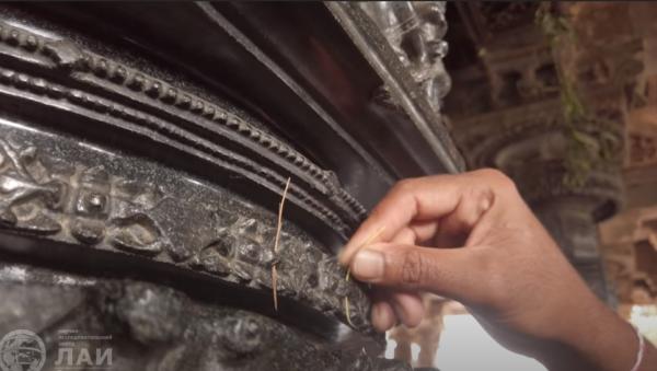Отверстия в резных колоннах храма Рамаппа