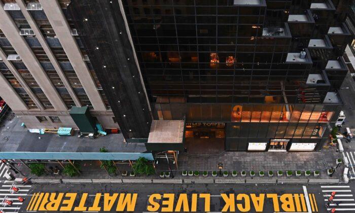 Слова Black Lives Matter нарисованы на Пятой авеню перед башней Трампа в Манхэттене, штат Нью-Йорк