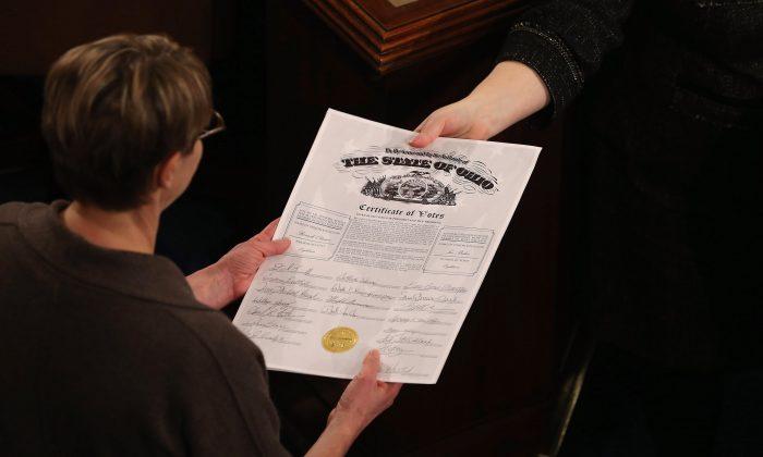 Служащие Конгресса вручают сертификат коллегии выборщиков в Палате представителей, Вашингтон, 4 января 2013 года