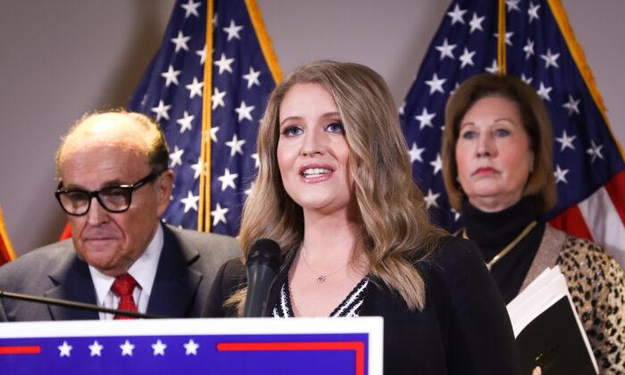 Старший юридический советник кампании президента Дональда Трампа Дженна Эллис на пресс-конференции в окружении адвоката Трампа, Руди Джулиани (слева), и адвоката Сидни Пауэлл