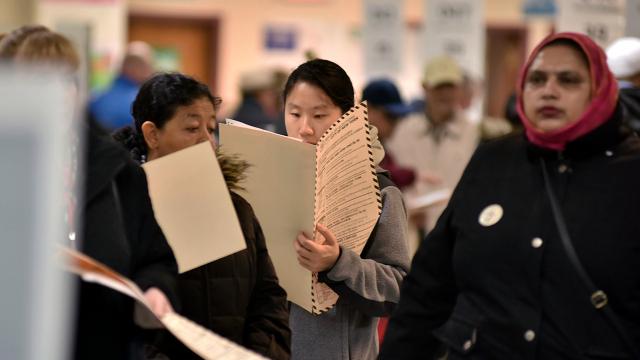 Избиратели голосуют в день выборов в ноябре 2018 года в Нью-Йорке