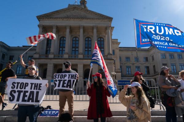 Сторонники Трампа протестуют против результатов президентских выборов у Капитолия штата Джорджия в Атланте на акции <strong>«</strong>Остановить кражу<strong>»</strong>, поскольку пересчёт голосов в штате подходит к концу. 18 ноября 2020 г