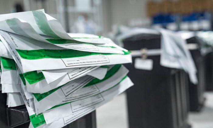 Конверты, в которых лежали бюллетени округа Гвиннетт, при пересчёте бюллетеней в Лоуренсвилле, штат Джорджия, 13 ноября 2020 года