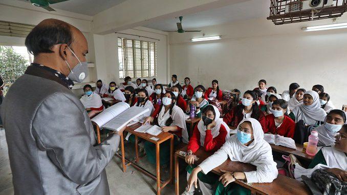 Учащиеся в школе в Дакке, Бангладеш, во время COVID-19
