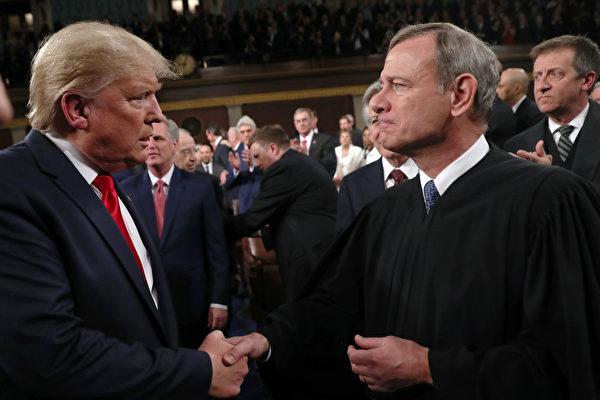Президент США Дональд Трамп пожимает руку председателю Верховного суда Джону Робертсу в Вашингтоне, округ Колумбия, 4 февраля 2020 года