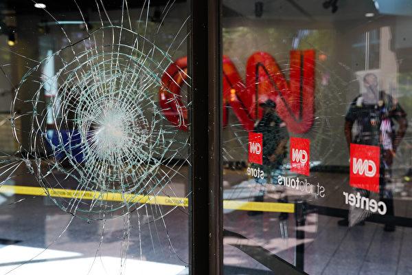Центр CNN получил повреждения после ночных протестов в связи со смертью Джорджа Флойда в Миннеаполисе во время задержания Атланта. Штат Джорджия, 30 мая 2020 года