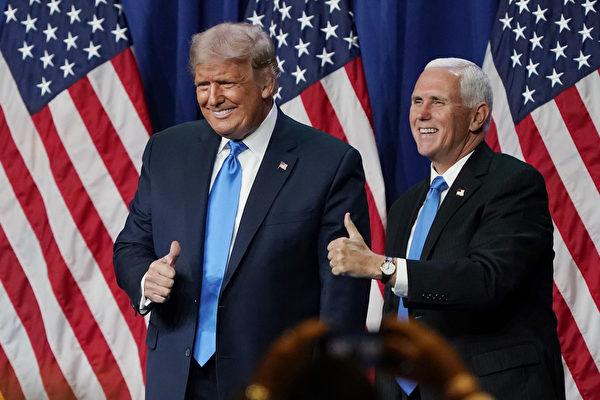 Президент Дональд Трамп и вице-президент Майк Пенс подняли палец вверх после выступления в первый день Республиканского национального собрания в Конференц-центре Шарлотты в Шарлотте, Северная Каролина, 24 августа 2020 года