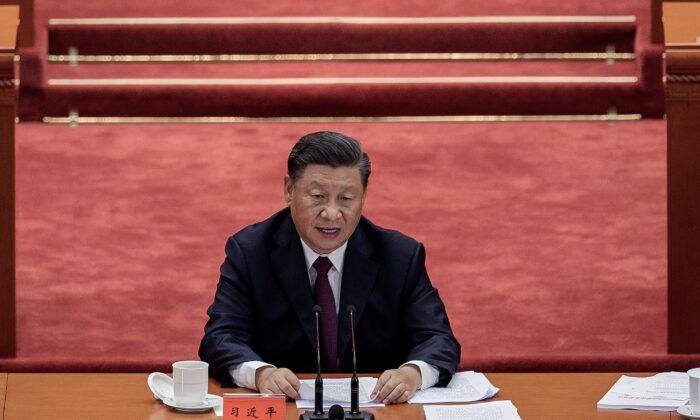 Лидер КПК Си Цзиньпин произносит речь на церемонии в честь людей, которые боролись с пандемией COVID-19 в Пекине, Китай, 8 сентября 2020 года