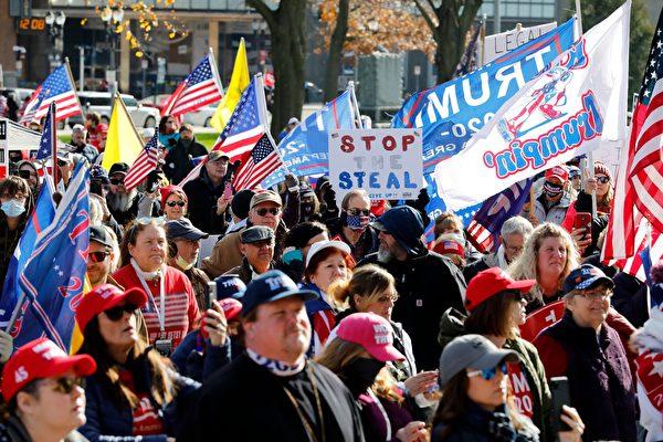 Люди собираются у Капитолия штата Мичиган на митинг «Остановить воровство» в поддержку президента США Дональда Трампа в Лансинге, штат Мичиган, 14 ноября 2020 года
