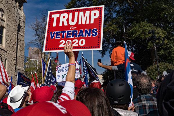 Сторонники Дональда Трампа проводят акцию протеста «Остановить воровство» у здания Капитолия штата Джорджия в Атланте. Штат Джорджия, 21 ноября 2020 года