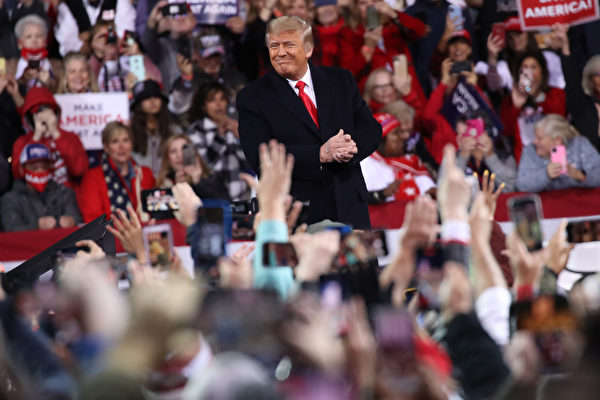 Президент США Дональд Трамп на митинге в поддержку сенатора Дэвида Пердью (штат Джорджия) и сенатора Келли Леффлер (штат Джорджия) 5 декабря 2020 года в Валдосте, штат Джорджия