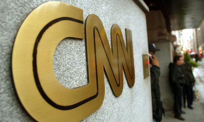 Вывеска CNN видна возле его штаб-квартиры в Нью-Йорке, 12 ноября 2002 года