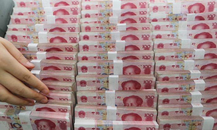 Банкноты юаней в банке в Ляньюньгане, расположенном в провинции Цзянсу на востоке Китая, 11 августа 2015 года
