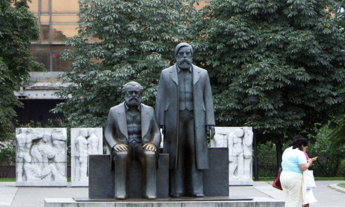 Статуя Карла Маркса и Фридриха Энгельса, главных строителей коммунизма, перед Дворцом Республики в Берлине, Германия