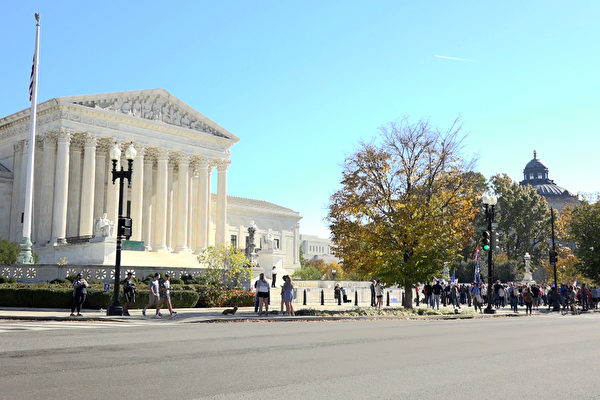 Сотни людей собрались перед Верховным судом США, требуя «прекратить кражу результатов выборов». Вашингтон, 7 ноября 2020 года