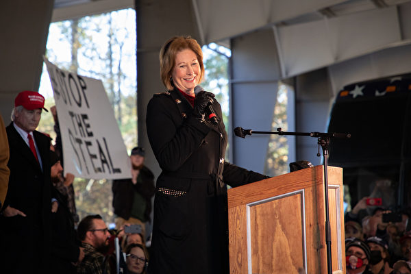 Адвокат Синди Пауэлл выступила с речью на митинге в Альфаретте, штат Джорджия, США. 2 декабря 2020 года