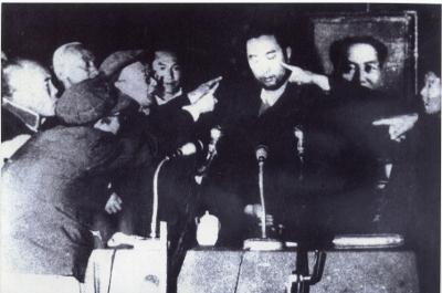 Публичное унижение Панчен-ламы во время Культурной революции в Китае.