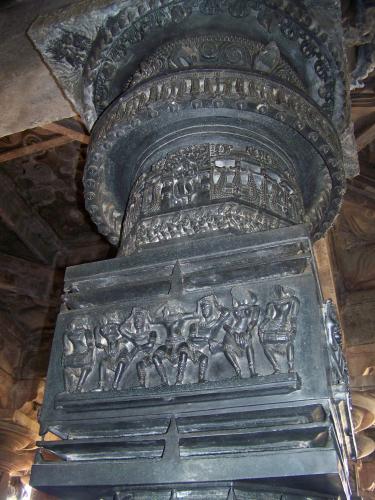 Резная базальтовая колонна храма Рамаппа